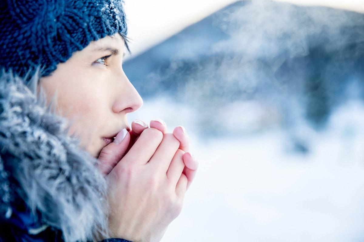 Không bảo vệ tay vào mùa đông: Khi không khí trở nên khô hanh và nhiệt độ xuống thấp, bạn hãy bảo vệ móng tay và bàn tay của bạn với một đôi găng tay ấm áp. Thêm vào đó, bạn cũng nên dùng kem dưỡng tay để dưỡng ẩm cho tay.