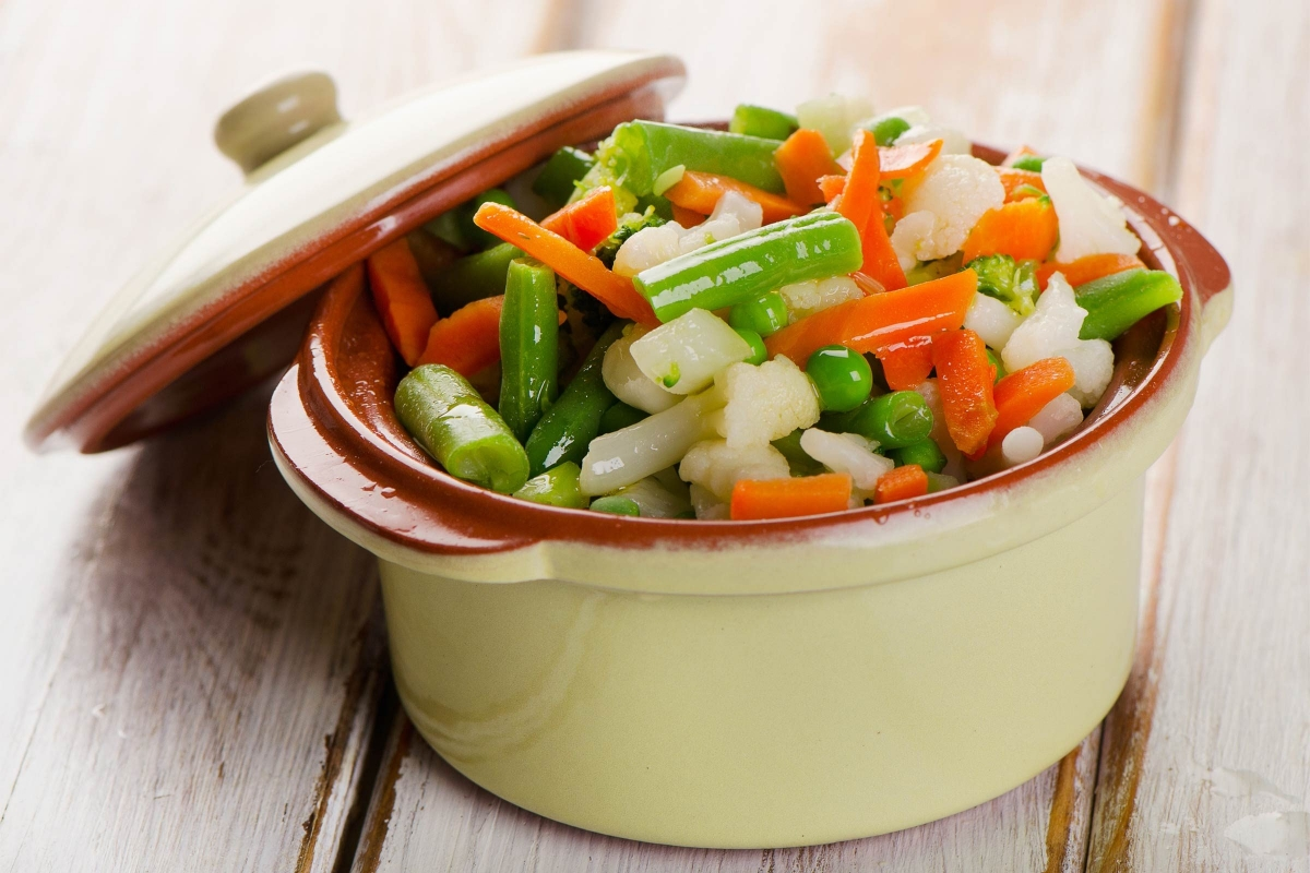 Không ăn rau: Những gì bạn ăn vào cũng được phản ánh ngay qua móng tay của bạn. Các thực phẩm giàu sắt như trứng, rau chân vịt hay thịt đỏ có thể giúp móng tay chắc khỏe hơn./.