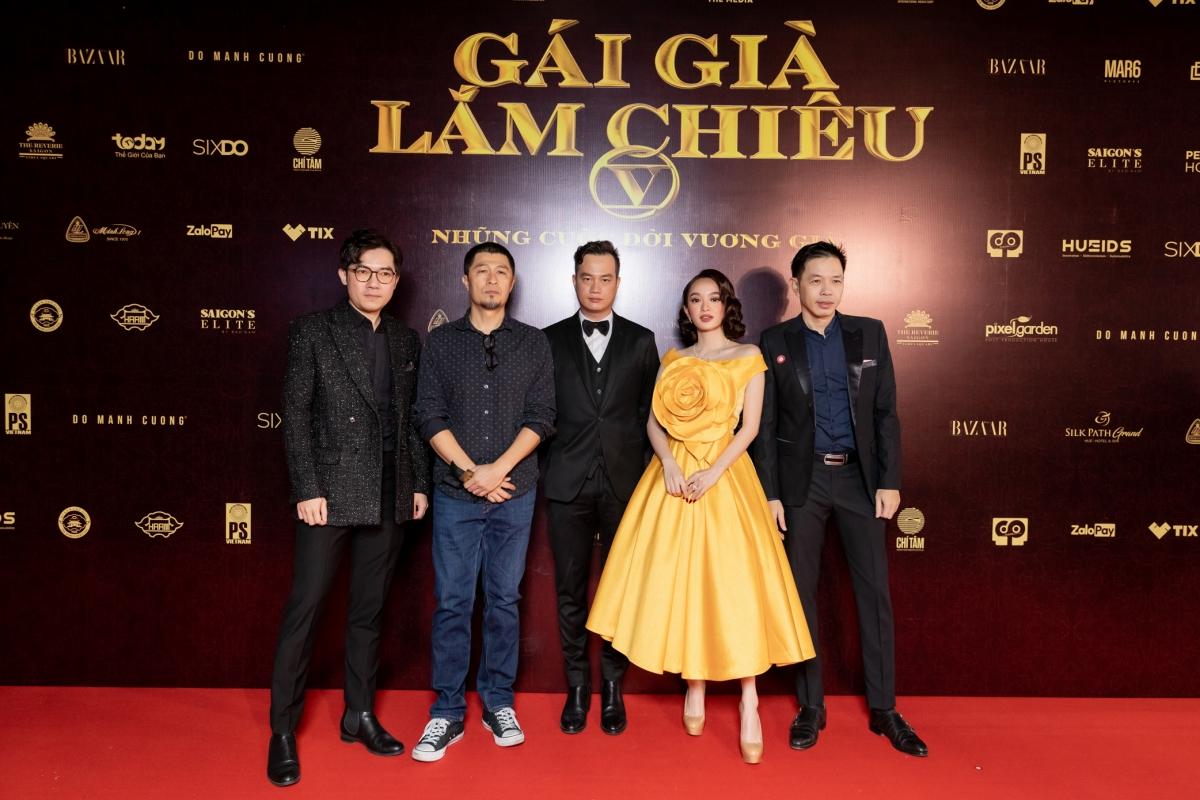Trên thảm đỏ còn có sự xuất hiện của nhà sản xuất Charlie Nguyễn, nam diễn viên Thái Hoà.