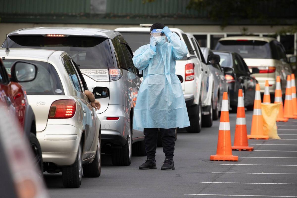 Người dân New Zealand xếp hàng chờ xét nghiệm Covid-19. Ảnh Brett Phibbs