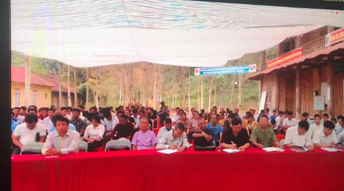 Xã biên giới Nhôn Mai, huyện miền núi Tương Dương (Nghệ An) bố trí màn hình ngoài trời để các đảng viên nghe phổ biến Nghị quyết Đại hội XIII của Đảng.