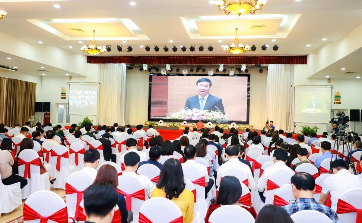 Cán bộ, đảng viên nghe phổ biến Nghị quyết tại Hội trường trung tâm của tỉnh Nghệ An.