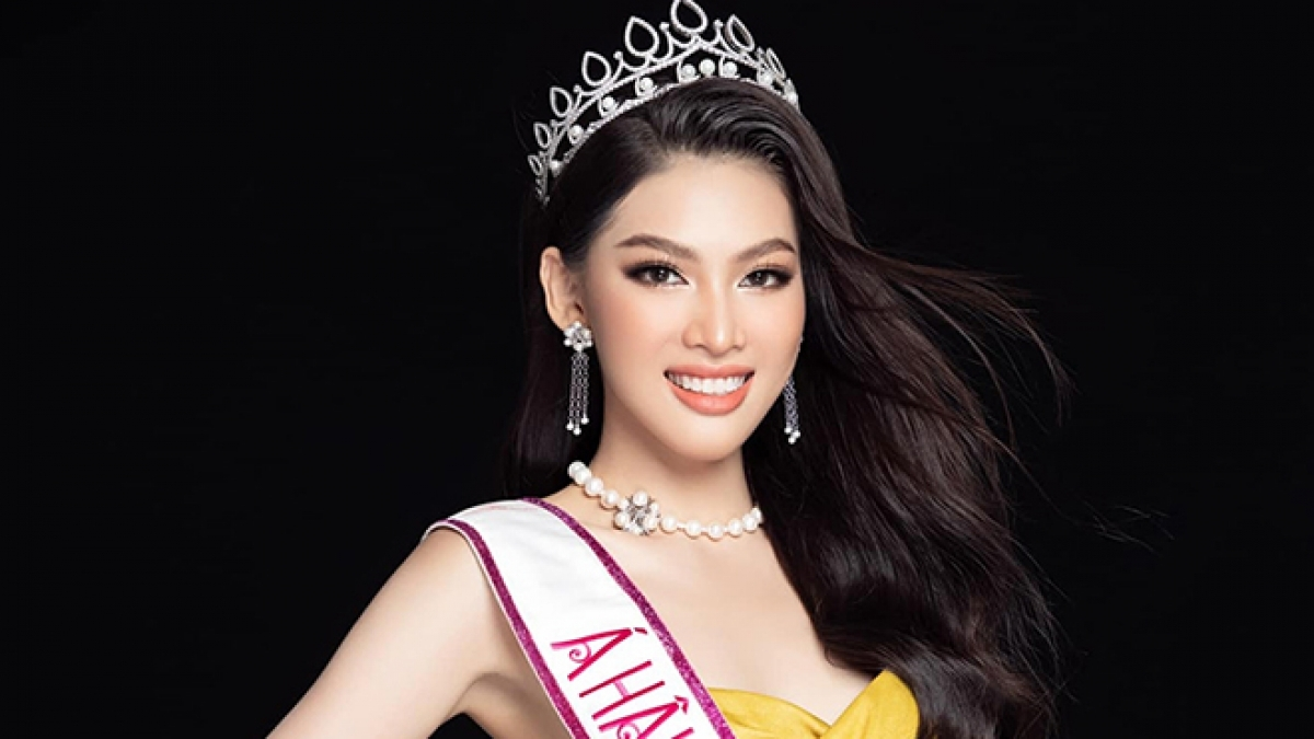 Ngoc Thao departs for Thailand on February 28 ahead of competing in the Miss Grand International 2020 pageant. She brings with her luggage weighing 60kg, including eight evening gowns created by designer Linh San, which she will wear during the global beauty contest.