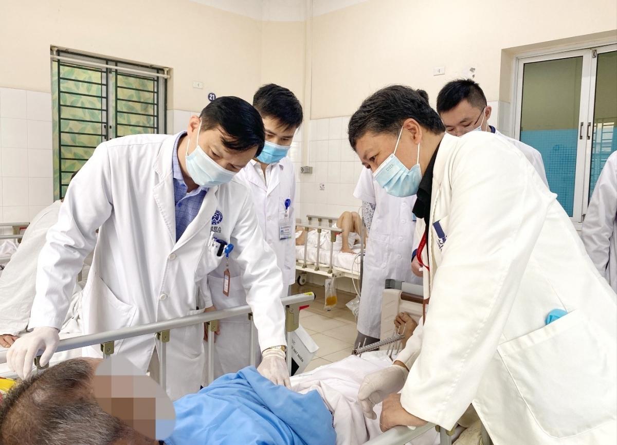 PGS.TS Nguyễn Đức Chính và ThS.BS Phạm Vũ Hùng khám cho người bệnh (Ảnh minh họa)