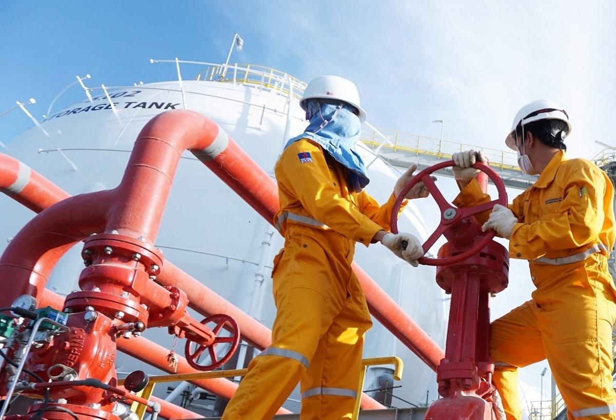 Người lao động dầu khí làm việc trên công trình.