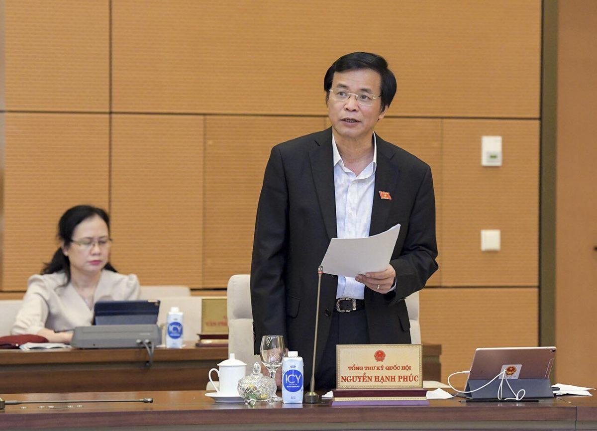 Tổng Thư ký Quốc hội Nguyễn Hạnh Phúc báo cáo một số vấn đề về việc chuẩn bị Kỳ họp 11, Quốc hội khoá XIV. Ảnh: Quốc hội