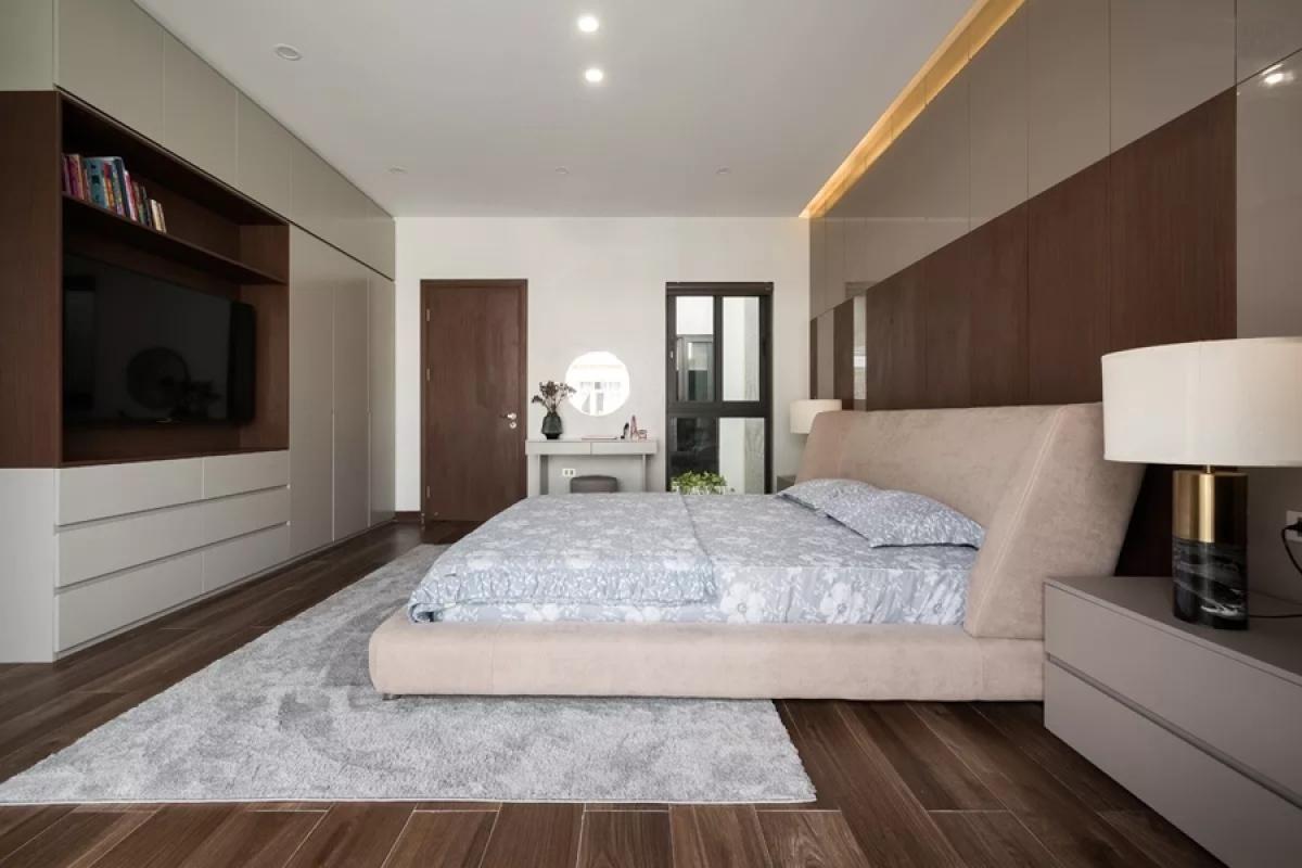 """Ba phòng ngủ đặt trên tầng hai. Tủ quần áo trong phòng ngủ chính cũng như đa số các hệ tủ khác trong nhà đều được thiết kế âm tường và kịch trần để có cảm giác chúng như được """"giấu"""" đi."""