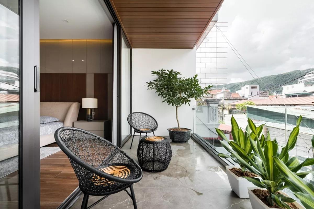 Hiên rộng bên ngoài phòng ngủ chính là nơi thư giãn mở ra khoảng không trước nhà.
