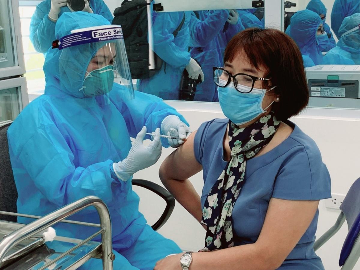 Các cán bộ, nhân viên y tế tiêm vaccine Astra Zeneca ngừa COVID-19.