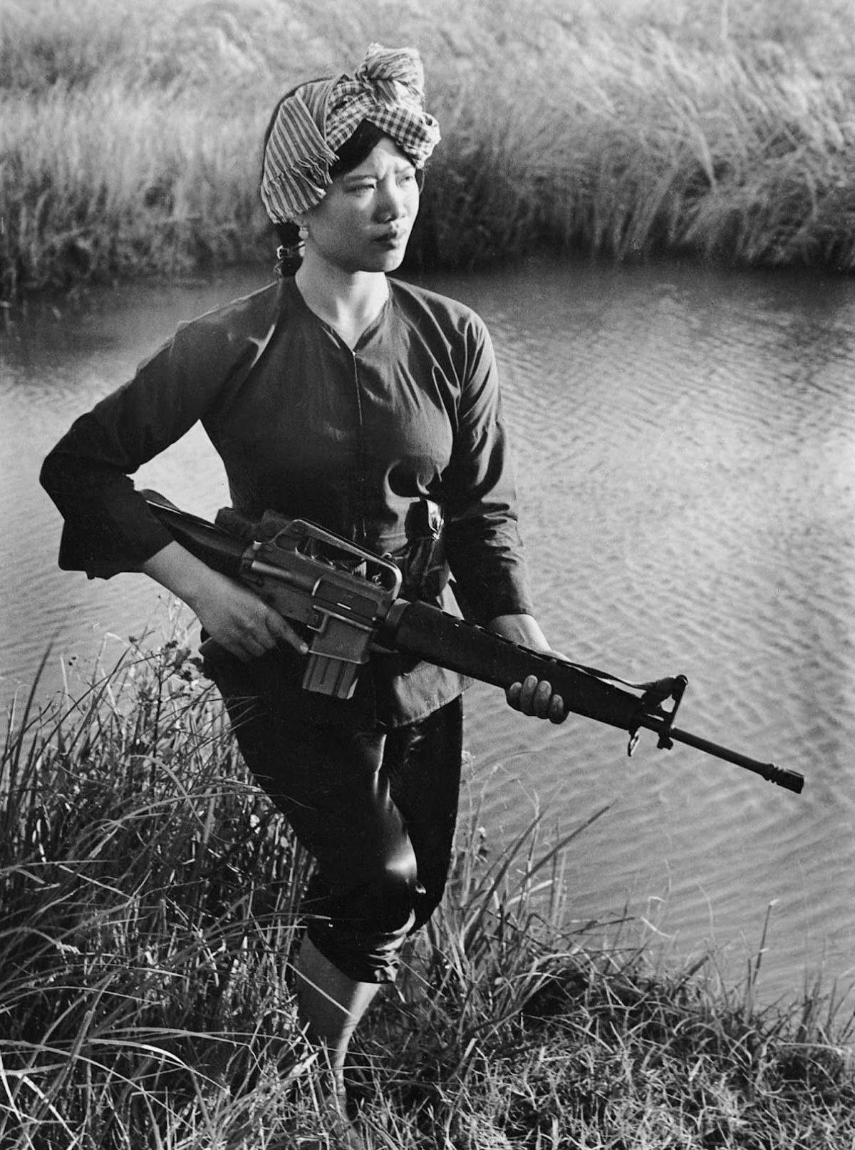 Nữ du kích cách mạng Lâm Thị Đẹp ở Sóc Trăng năm 1972. Ảnh: Minh Trường (đăng trên websiteTumblr).