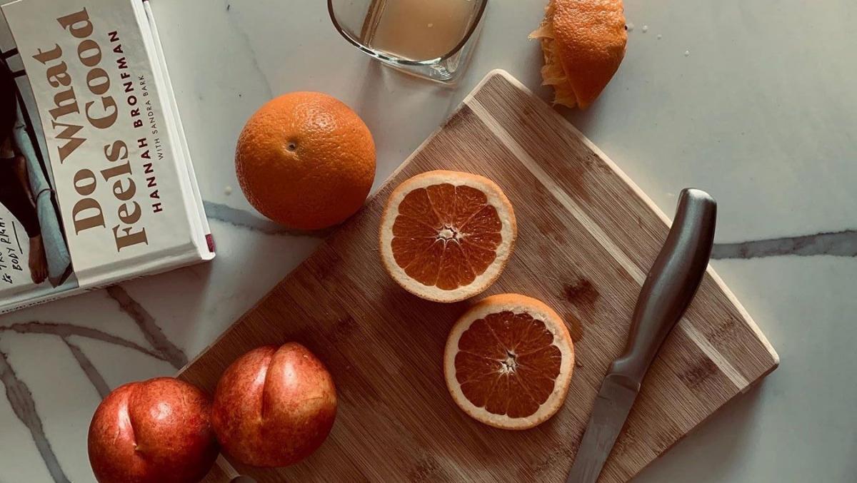 Trái cây họ cam: Các trái cây họ cam như cam, quýt, chanh, bưởi có tác dụng loại bỏ mùi hôi khó chịu từ hơi thở, làn da và mồ hôi của bạn, thay vào đó là một mùi hương thơm mát tự nhiên như chính những trái cây này vậy.