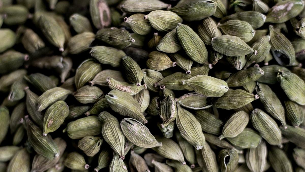 Bạch đậu khấu: Hãy thử sử dụng bột bạch đậu khấu làm gia vị cho các món ăn trên mâm cơm của bạn. Bạch đậu khấu sẽ giúp cơ thể bạn có hương thơm tự nhiên dễ chịu.