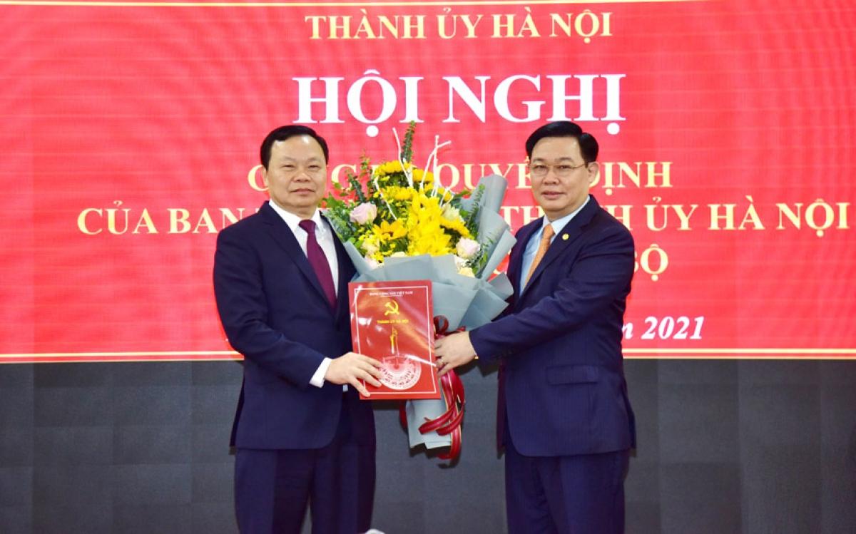 Bí thư Thành ủy Hà Nội Vương Đình Huệ trao quyết định của Ban Thường vụ Thành ủy Hà Nội điều động, phân công đồng chí Đinh Trường Thọ giữ chức Bí thư Quận ủy Đống Đa.