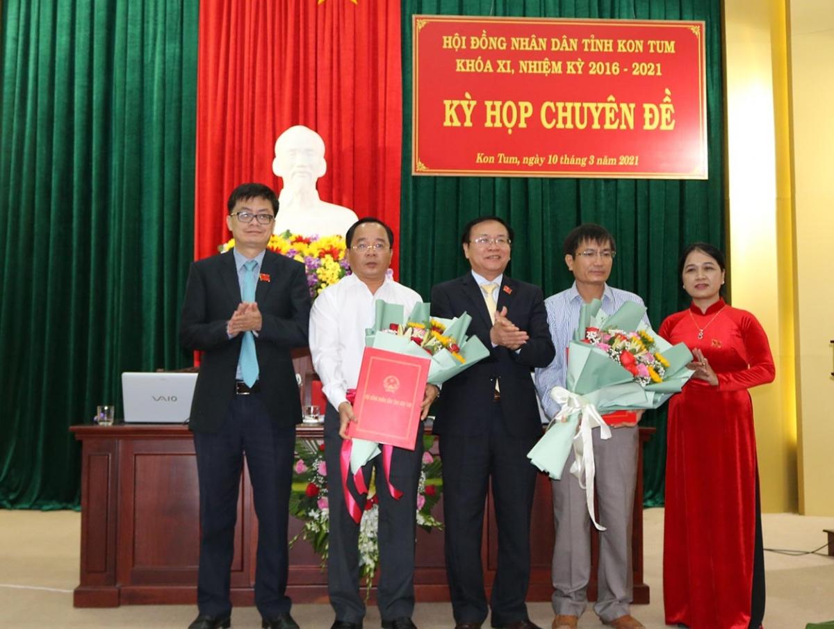 Ông Nguyễn Ngọc Sâm (thứ hai từ phải qua) được bầu làm Phó Chủ tịch UBND tỉnh Kon Tum