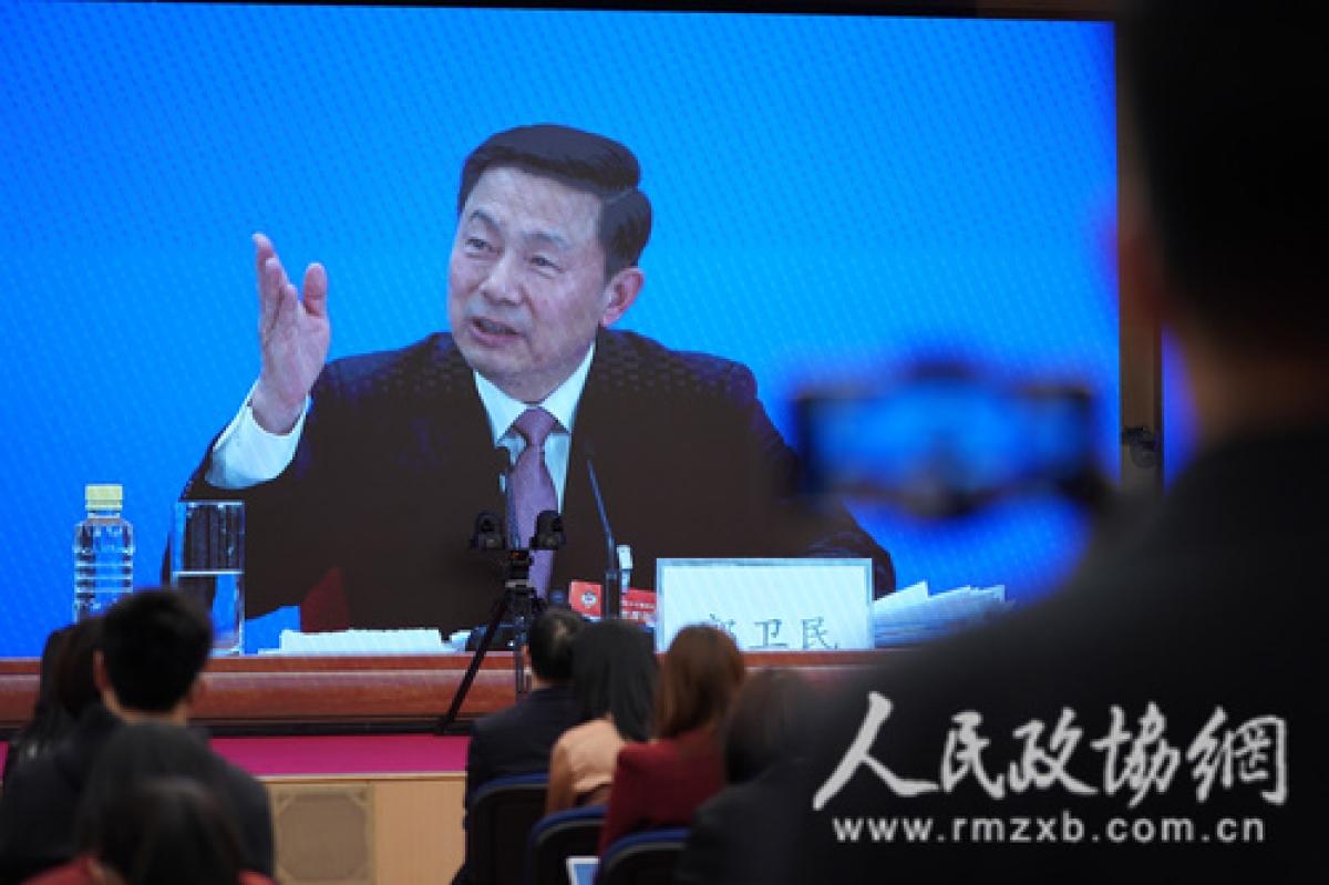 Ông Quách Vệ Dân, người phát ngôn Hội nghị Chính hiệp trả lời tại cuộc họp báo. Ảnh: Mạng Chính hiệp nhân dân.
