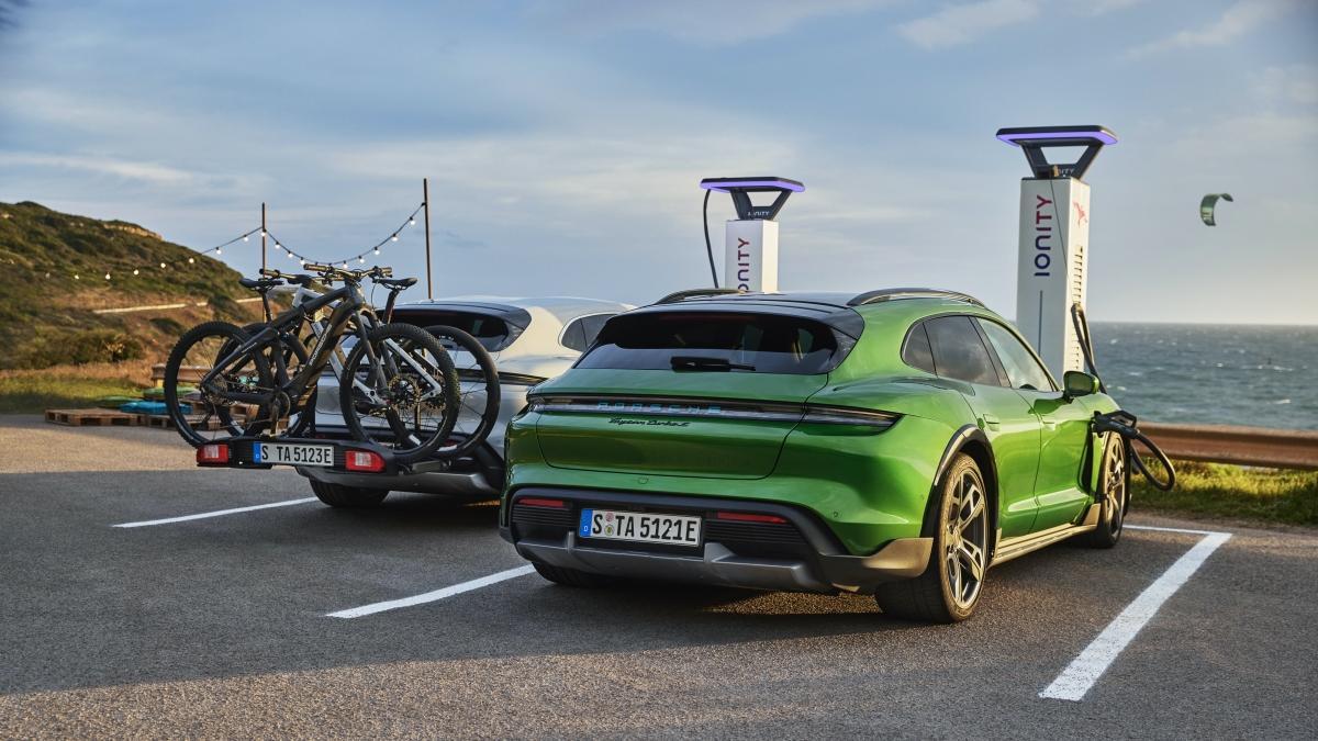 Với những hành lý và đồ dùng to lớn hơn, Porsche Taycan Cross Turismo cũng sẵn sàng mang chúng đi xa với bộ giá nóc chắc chắn, được bán ra dưới dạng tiêu chuẩn.