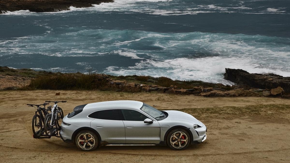 Ở ngoại thất, chiếc Taycan Cross Turismo cao hơn 20 mm so với Taycan sedan và có thể cao thêm 10 mm nữa thông qua gói nâng cấp Off Road Design. Gói nâng cấp ngoại thất off-road này cũng mang đến cho Taycan Cross những miếng ốp thân xe bằng vật liệu tổng hợp màu đen tạo cho xe thêm vẻ hầm hố.