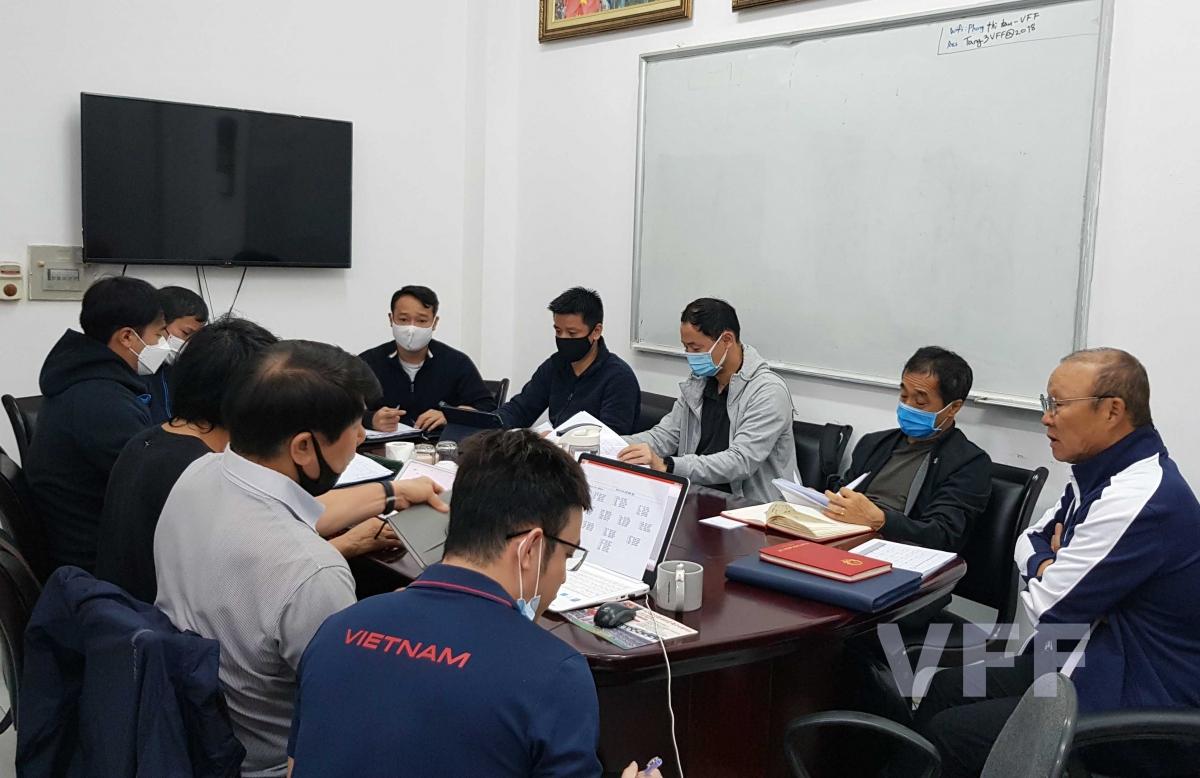 HLV Park Hang Seo làm việc với các trợ lý (Ảnh: VFF).
