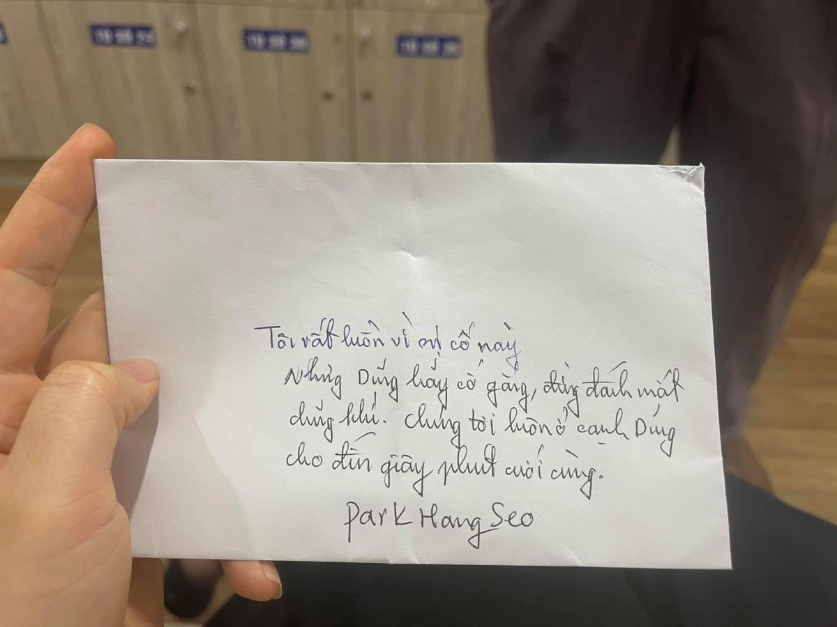 Vị thuyền trưởng ĐT Việt Nam cũng gửi bức thư cảm động tới cậu học trò cưng. (Ảnh: Triệu Mộc Trinh)