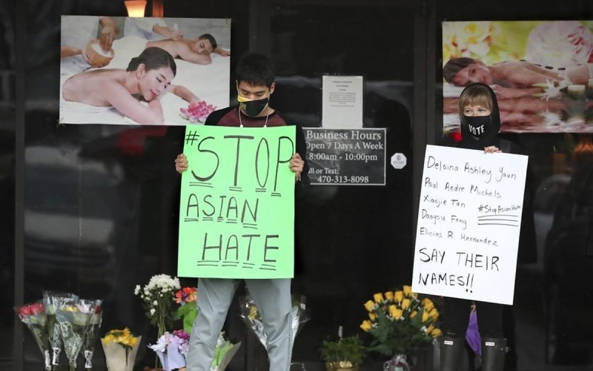 Biển phản đối nạn phân biệt chủng tộc nhằm vào người Á, được trưng tại tiệm massage nơi xảy ra vụ sát hại bằng súng ở Atlanta mới đây. Ảnh: AP.