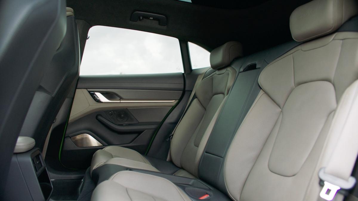 Bên trong khoang cabin, có thể thấy nội thất của Taycan tràn đầy công nghệ khi có đến 4 màn hình, nổi bật với màn hình giải trí cho ghế phụ. Ghế lái với màn hình cong 16,8 inch kiểu dáng tròn trịa, thiết kế đặc trưng Porsche. Màn hình này dùng kính thật, bộ lọc phân cực, chống lóa. Đồng hồ thiết lập 4 chế độ gồm Classic, Map, Full Map và Pure.