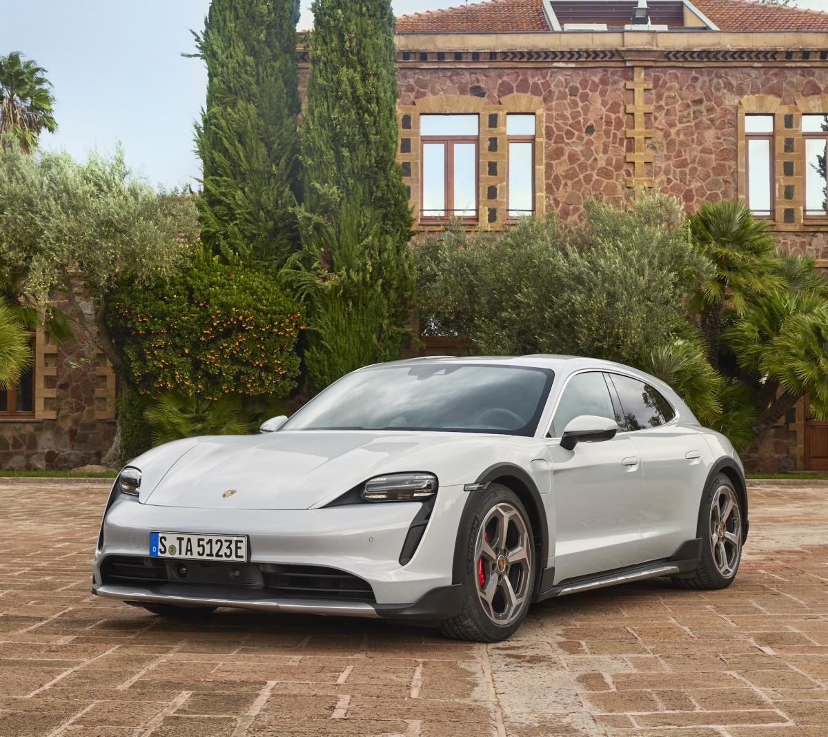 Porsche cung cấp cho xe bộ mâm đặc biệt với thiết kế mới đẹp mắt, kích thước 20 inch ở bánh trước và 21 inch ở bánh sau.