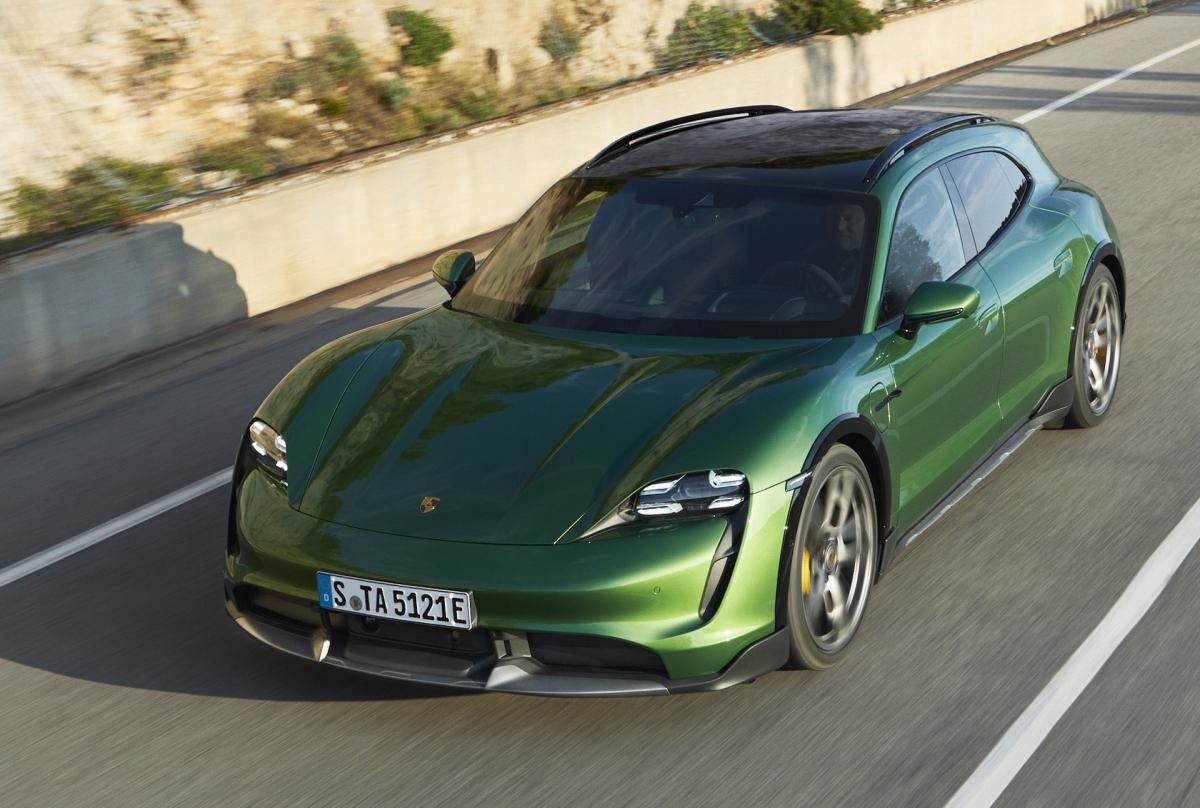 Phiên bản Porsche Taycan 4 Cross Turismo thấp nhất sẽ có công suất cực đại 375 mã lực ở chế độ tiêu chuẩn và 469 mã lực thông qua chức năng Launch Control. Với sức mạnh này, chiếc wagon gầm cao có khả năng tăng tốc lên 100 km/h trong 4,8 giây và tốc độ tối đa đạt 219 km/h. Cao cấp hơn, bản 4S sẽ được trang bị kèm bộ pin Performance Plus với dung lượng 93.4 kWh.