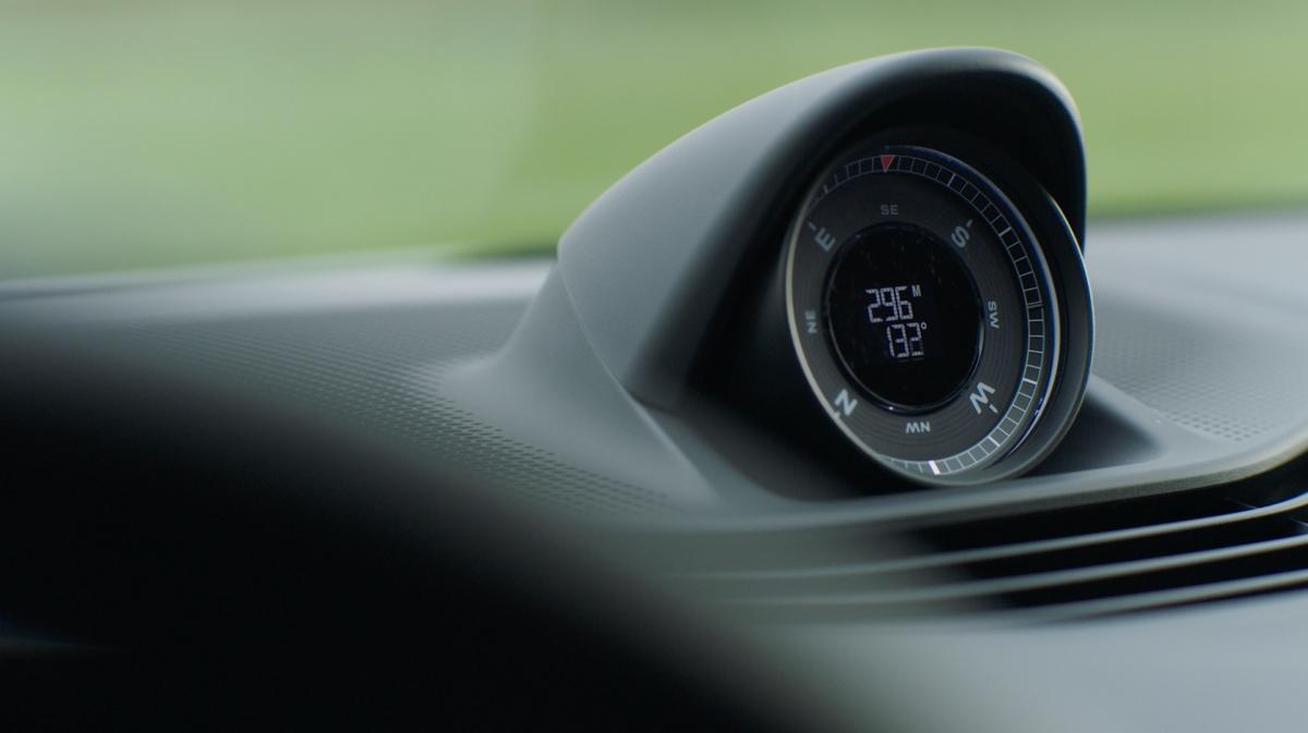 Xe được bán ra tiêu chuẩn với hệ thống treo khí nén, hệ dẫn động bốn bánh toàn thời gian và hai mô-tơ điện. Nhờ những nâng cấp về khung gầm và thiết kế, Taycan Cross Turismo sẽ nặng hơn phiên bản sedan, đạt 2.358 kg.
