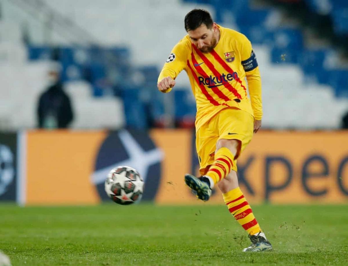 Messi tung cú sút xa cháy lưới PSG. (Ảnh: Getty)