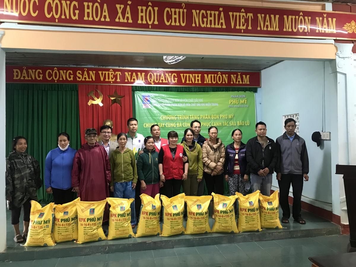PVFCCo trao tặng 280 tấn phân bón Phú Mỹ hỗ trợ bà con bị thiệt hại do bão lũ năm 2020.