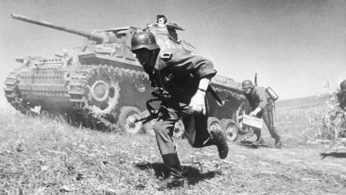 Xe tăng và bộ binh Đức Quốc xã trong Thế chiến II. Ảnh: Getty.