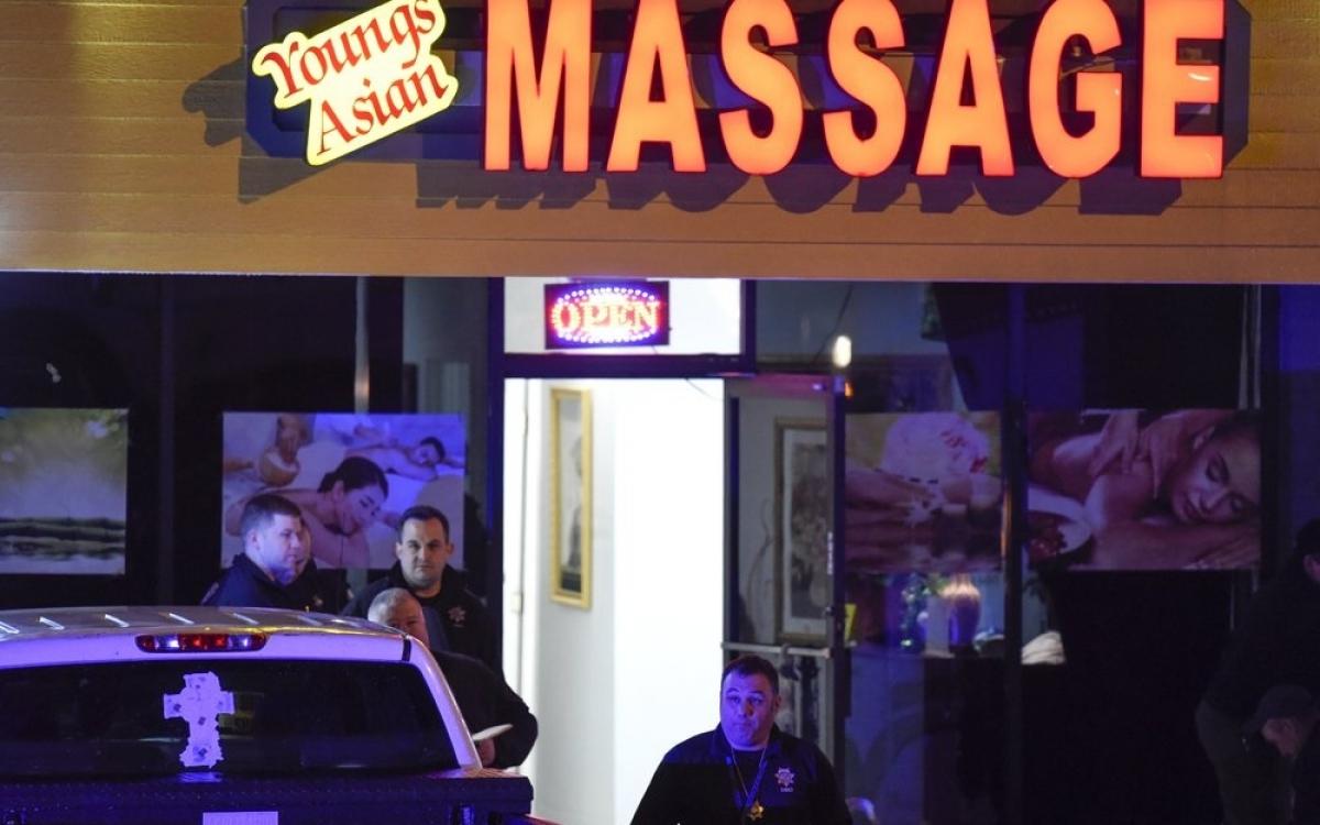 Cảnh sát có mặt tại tiệm massage Youngs Asian. Ảnh: AP.