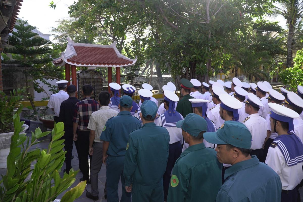 Quân dân thị trấn Trường Sa tại Lễ tri ân các Anh hùng liệt sỹ hy sinh tại vùng biển Gạc Ma.