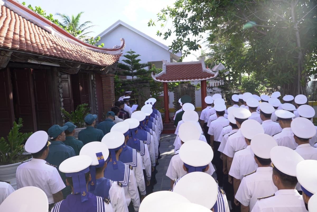Quân dân thị trấn Trường Sa tại Lễ tri ân các liệt sĩ hy sinh tại vùng biển Gạc Ma.