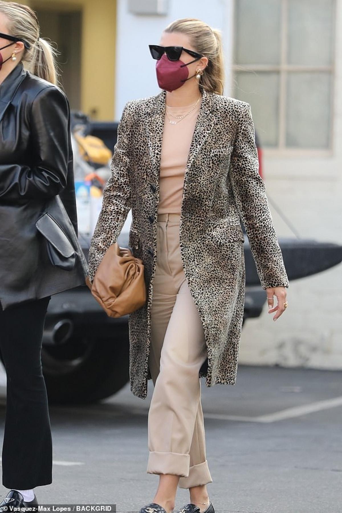 Sofia Richie vui vẻ đi thưởng thức bữa trưa cùng bạn bè tại một nhà hàng sang trọng ở Beverly Hills vừa qua.
