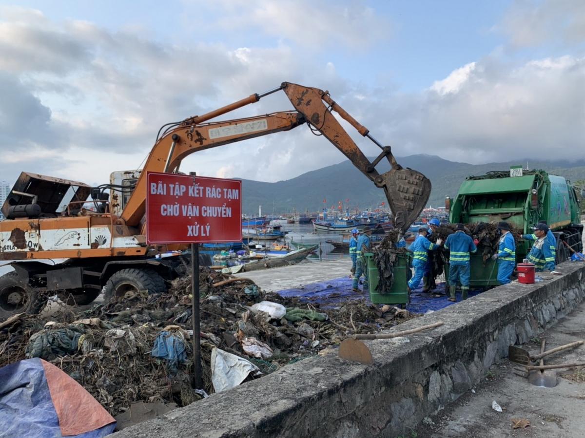 Rác tại âu thuyền Thọ Quang được thu gom trước khi vận chuyển đi xử lý
