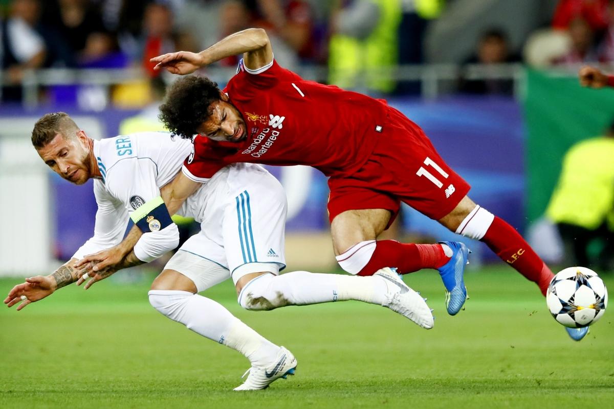 Ramos triệt hạ Salah ở chung kết Champions League 2017/2018. (Ảnh: Getty)