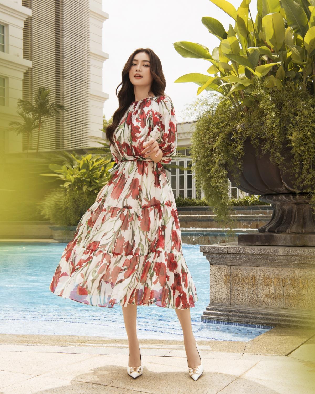 Thiết kế dáng xoè tay bồng nữ tính nổi bật với hoạ tiết hoa đỏ trên nền sắc trắng.