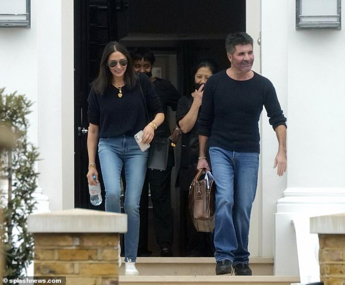 Simon Cowell và bạn gái Lauren Silverman hào hứng đáp chuyến bay trở lại Los Angeles sau 2 tháng ở Anh.