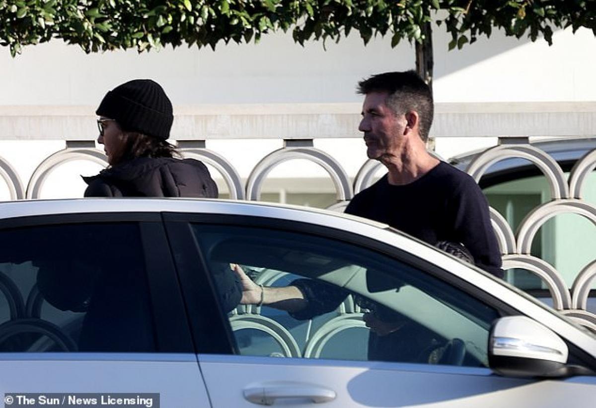 Simon Cowell liên tục kéo bạn gái lại khi cô muốn rời đi.