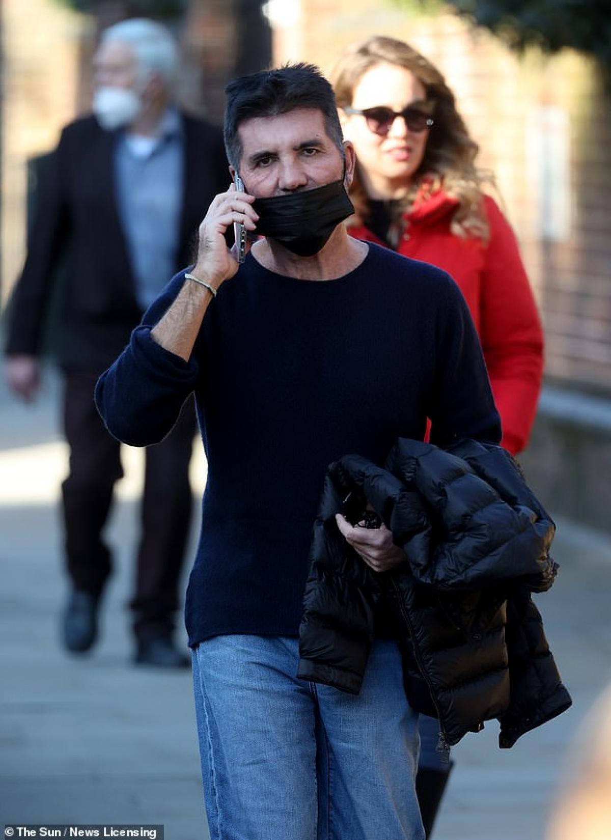 Sau đó, Simon Cowell liên tục gọi điện thoại ngay trên phố.