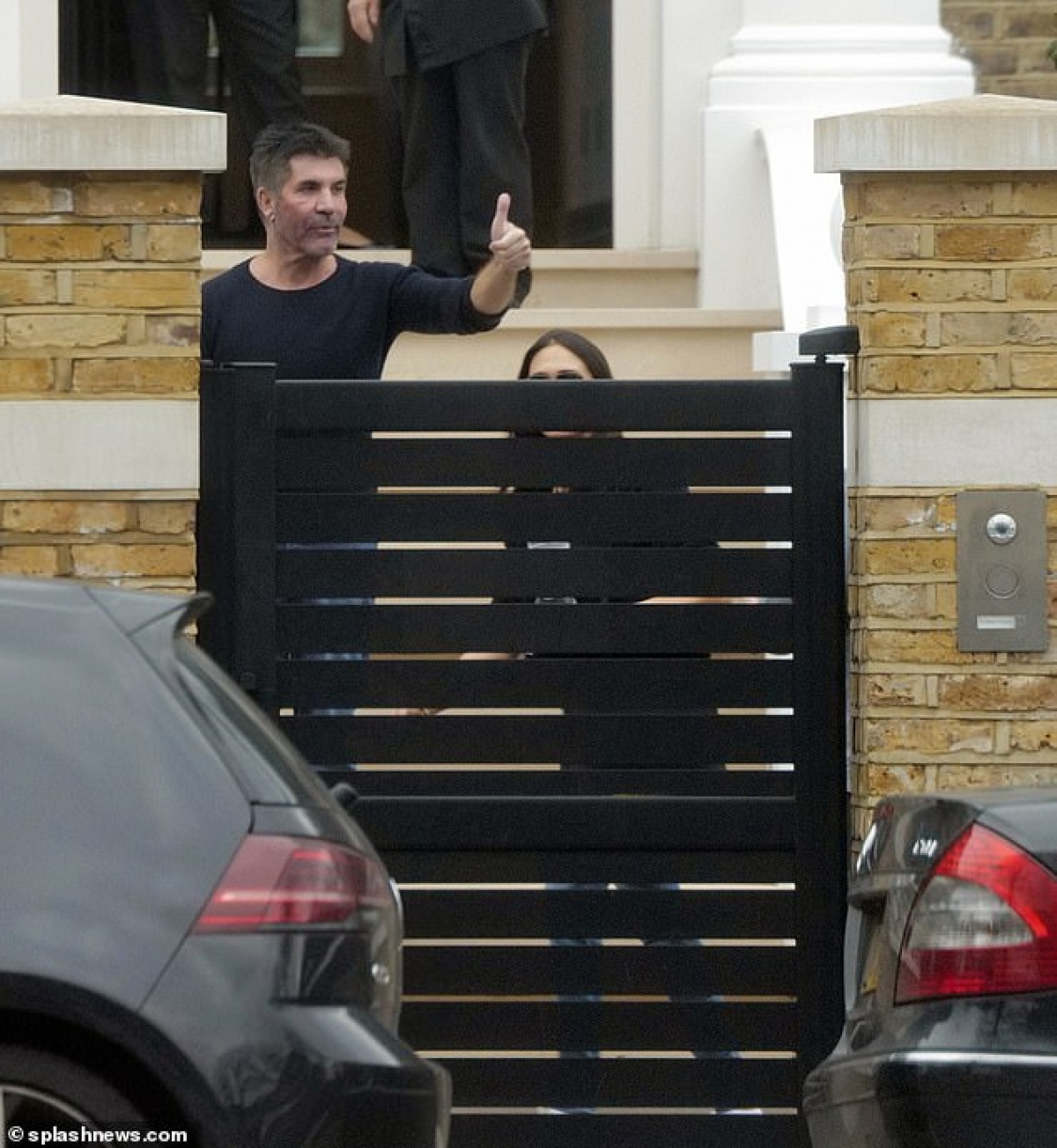 Simon Cowell hiện đang có cuộc sống hạnh phúc bên bạn gái và các con./.