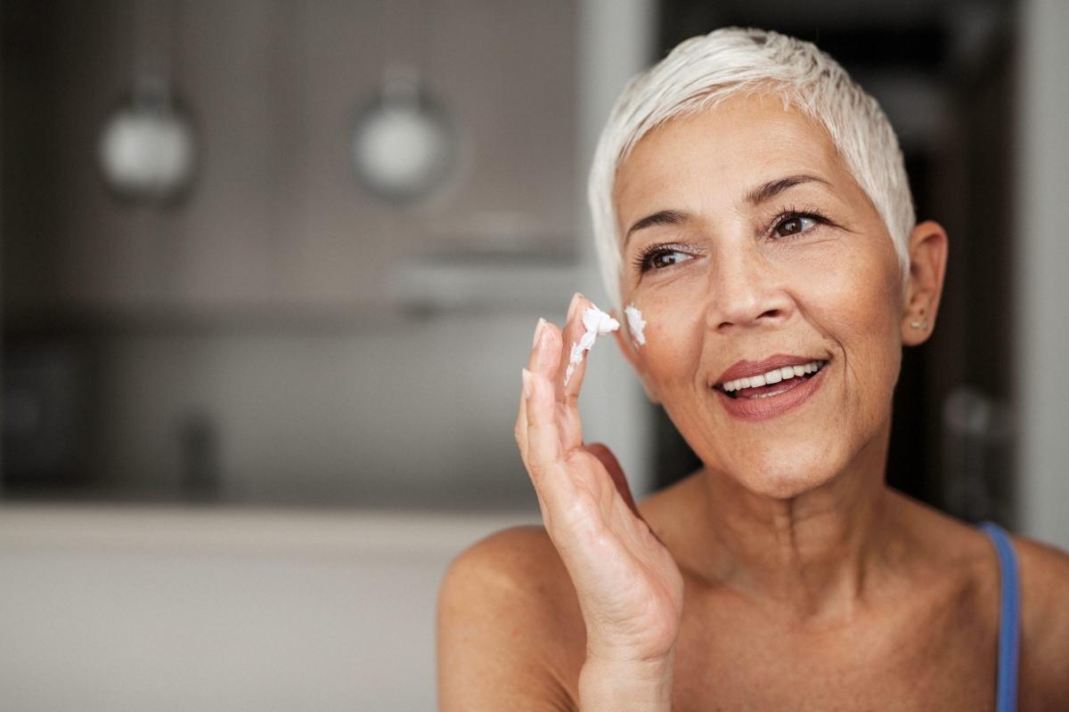 Sử dụng kem chống nắng: Các tia tử ngoại từ mặt trời có thể phá hủy tế bào da, dẫn đến lão hóa sớm, thậm chí ung thư da. Bởi vậy, việc sử dụng kem chống nắng là vô cùng quan trọng để bảo vệ da khỏi các tác động xấu của ánh nắng mặt trời. Hãy luôn thoa kem chống nắng trước khi ra ngoài và kể cả ở trong nhà, nếu vị trí ngồi của bạn gần cửa sổ./.