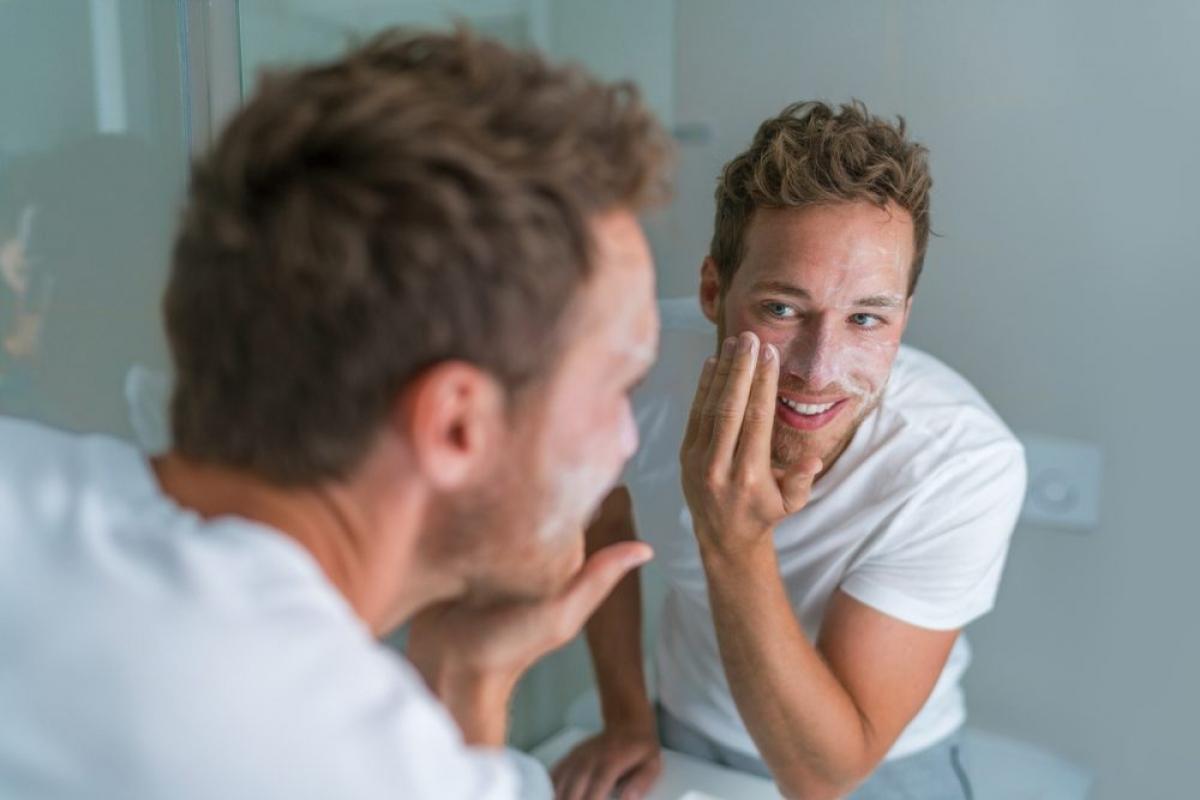 Tẩy da chết đều đặn: Tẩy da chết giúp đẩy mạnh tái tạo tế bào, làm thông thoáng lỗ chân lông, nhờ đó làn da của bạn sẽ sạch và sáng hơn.