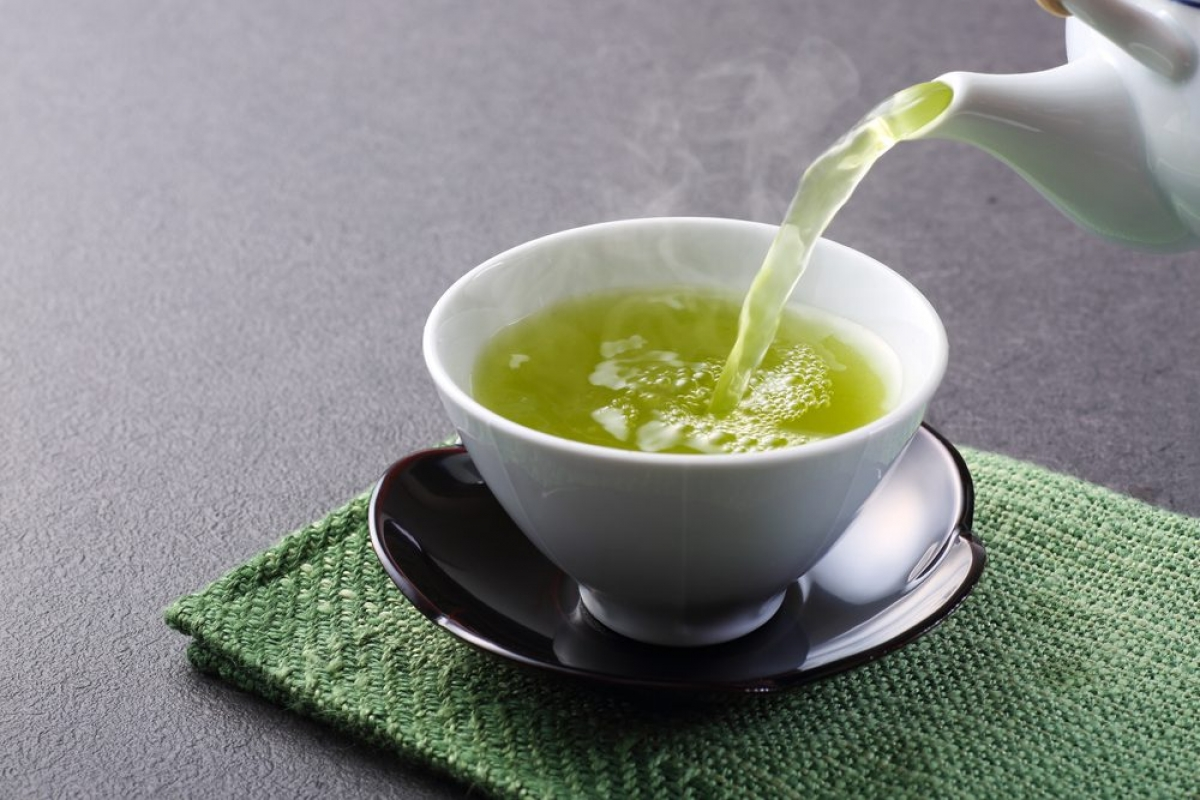 Uống trà xanh: Các polyphenol có trong trà xanh là những chất chống oxy hóa tuyệt vời, giúp chống lại các tổn thương da do các gốc tự do gây ra. Trà xanh còn có tính kháng viêm, nhờ đó giúp giảm sưng, viêm và kích ứng da.