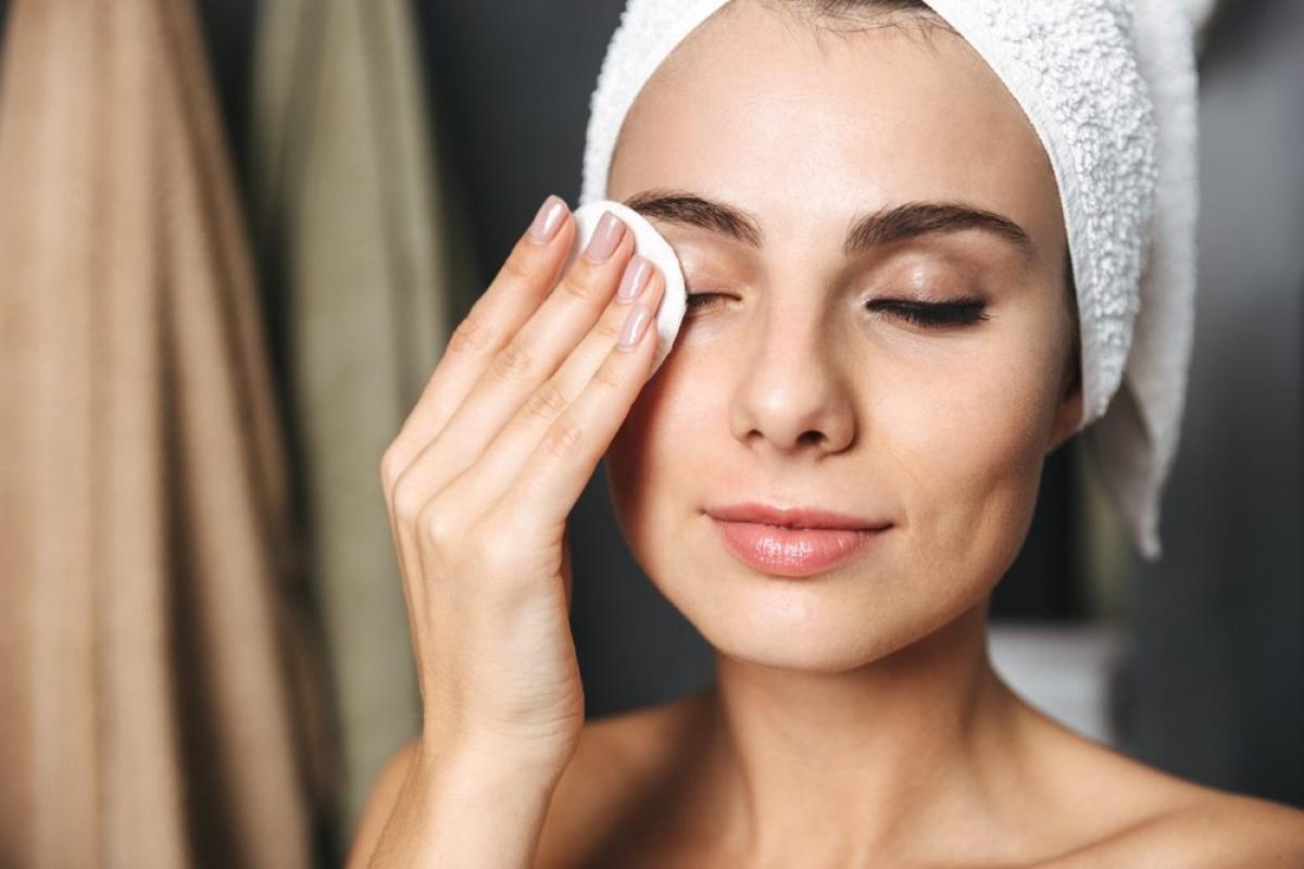 Tẩy trang: Bất kỳ chuyên gia da liễu nào cũng sẽ khuyến cáo bạn tuyệt đối không được giữ nguyên lớp trang điểm khi đi ngủ. Đơn giản là bởi lớp trang điểm này khi để qua dêm có thể làm tắc bí lỗ chân lông, khiến da xỉn màu và viêm mụn. Hãy luôn luôn tẩy trang và rửa mặt sạch sẽ trước khi đi ngủ.