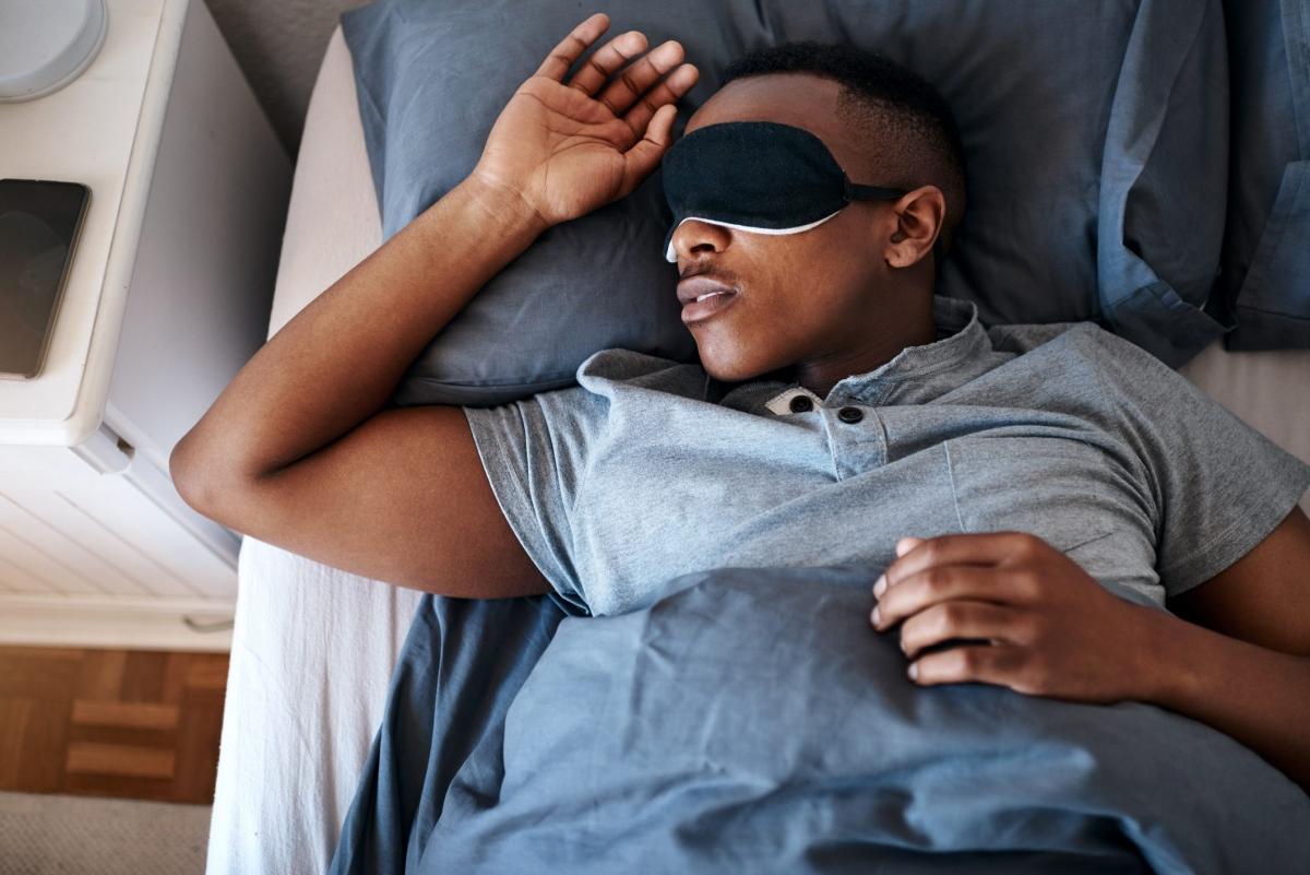 Ngủ đủ giấc: Thiếu ngủ có thể khiến da bạn xỉn màu, thiếu sức sống. Hãy đảm bảo ngủ đủ 7-8 giờ đồng hồ mỗi đêm để làn da có đủ thời gian để tái tạo và phục hồi.