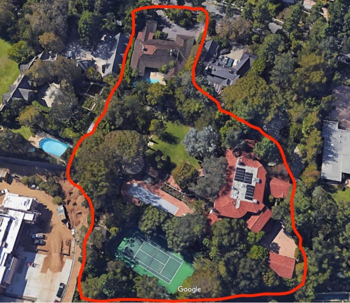 10 năm sau đó, Jeff Bezos lại chi 12,9 triệu USD để mua một căn nhà ở ngay cạnh đó.