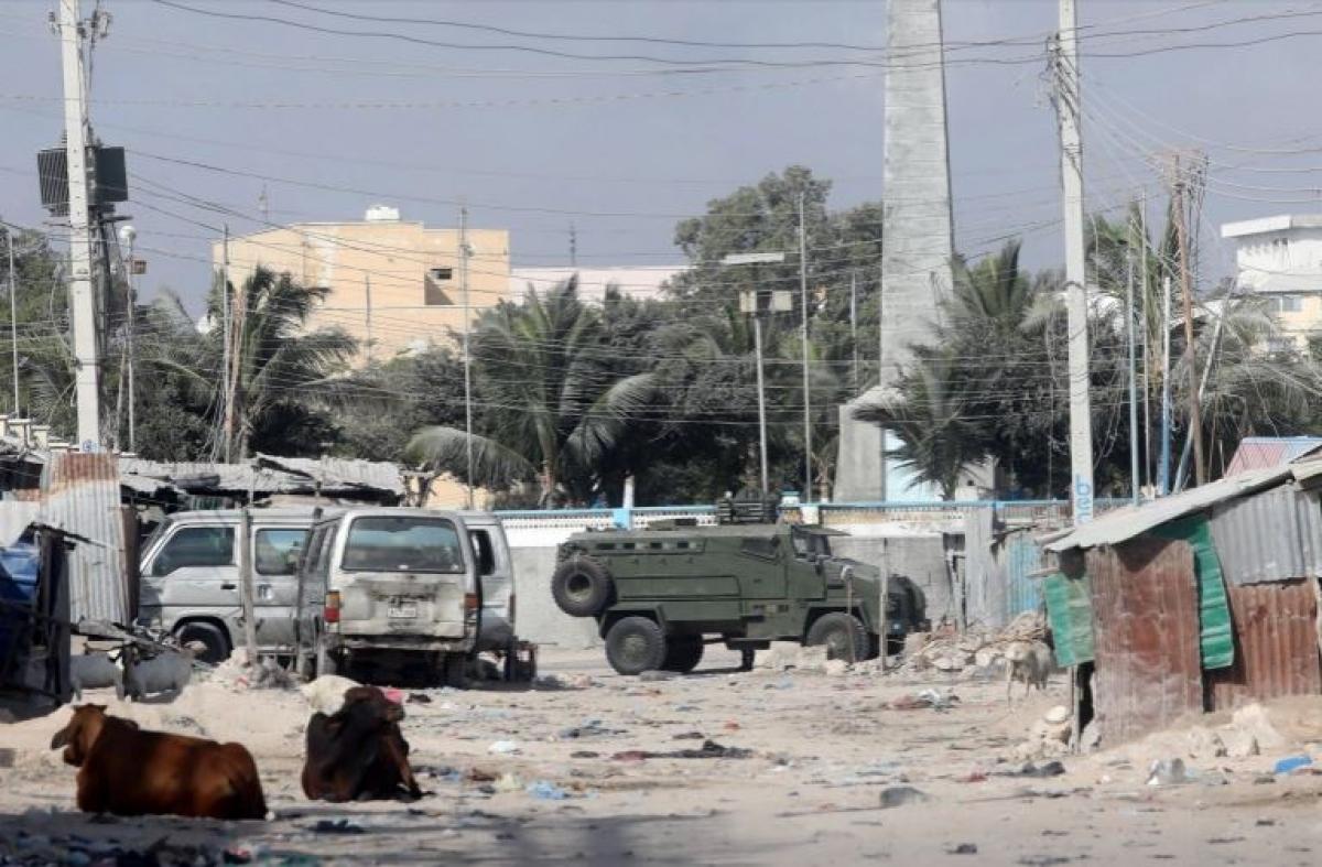 Hiện trường vụ đánh bom xe liều chết bên ngoài một nhà hàng tại thủ đô Mogadishu của Somalia vào đêm 5/3. Ảnh: Reuters