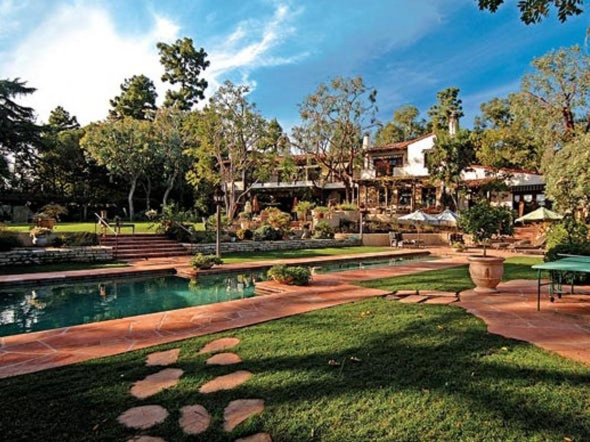 Năm 2007, ông chủ Amazon đã chi 24,45 triệu USD để tậu căn biệt thự kiến trúc kiểu Tây Ban Nha tại Beverly Hills.